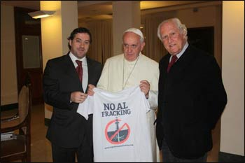 "Pope Francis poses with Fernando ""Pino"" Solanas and Juan Pablo Olsson, environmental activists filmmakers, holding a 'ban fracking' T-shirt. – Photo: Twitter"