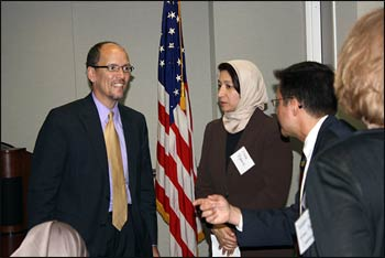 Maha Elgenaidi (middle), founder of Islamic Networks Group, and Michael Pappas (r.), executive director of the San Francisco Interfaith Council, in dialogue with U.S. Attorney General For Civil Rights Tom Perez – Photo: justice.gov