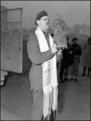Captain Samuel Cass of the 1ST Canadian Army, a rabbi, conducting the first prayer service celebrated on German territory by Jewish personnel March 18, 1945. – Photo: Wikipedia