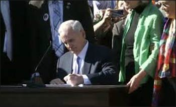 Governor Dayton signs Minnesota's marriage equality act. – Photo: Facebook