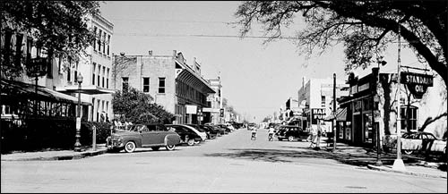 A street-scene in Bainbridge, Georgia, in 1950. - Photo: GSU.edu