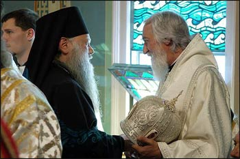 Bishops Peter (ROCOR) and Nikolai (OCA) greet one another at an OCA episcopal consecration service in May 2005. – Photo: Wikipedia