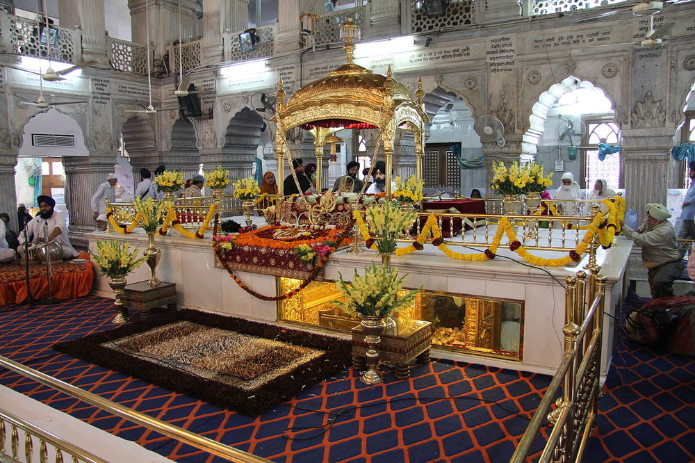 Gurdwara Sisganj Sahib, a Sikh sanctuary, in Delhi. The long window under the marble platform is the location where Guru Tegh Bahadur was martyred. – Photo: Wikimedia,  Hari Singh, Cc.2.0