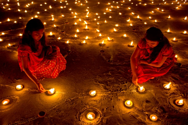 Hindu girls lighting lamps during the celebration of Diwali – Photo: Julieta Tello, Twitter