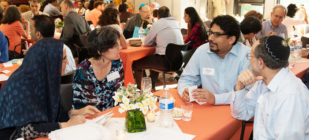 A moment of interfaith dialogue from a Muslim-Jewish Halaqa-Seder dinner – Photo: ING