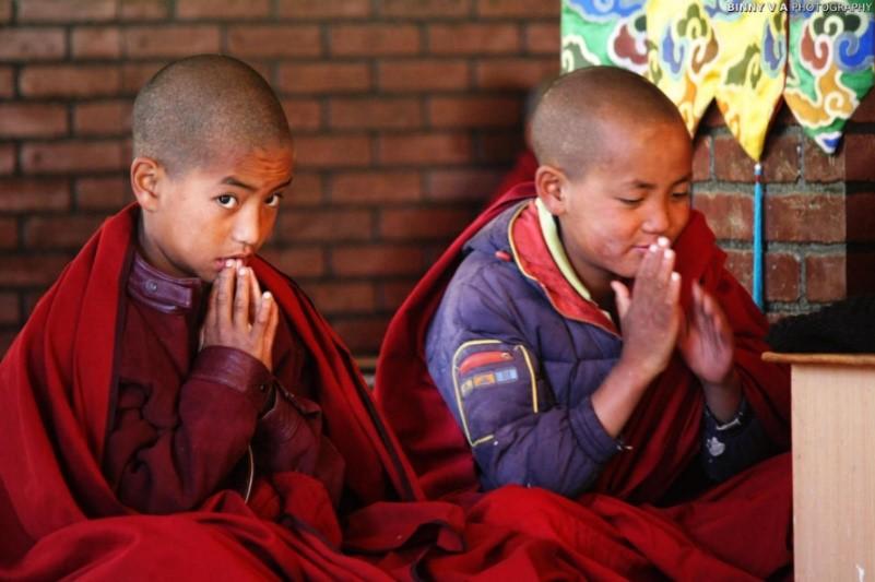 Kids praying at a monastery in Spiti Valley – Photo:  Binny V A, C.c. 2.0 sa