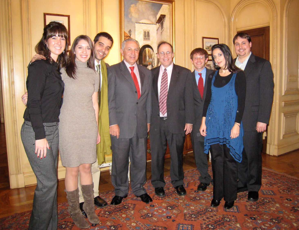 Moroccan Ambassador Aziz Mekouar (c.l.) and Rabbi Marc Gopin (c.r.) surrounded by students from George Mason University who helped to plan the Interfaith Dinner – Photo: RS
