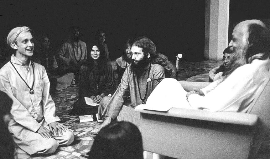 Bhagwan Shree Rajneesh and disciples in darshan at Poona in 1977 – Photo:    Redheylin, Wikipedia