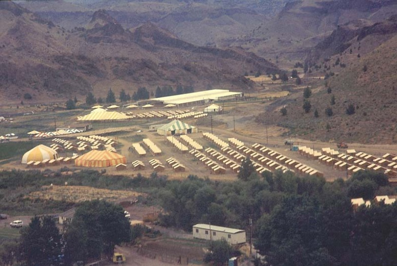 A tent city at Rajneeshpuram – Photo:    Wikipedia
