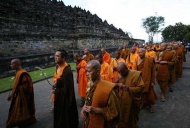 Buddhists observing Vesak – Photo: RS