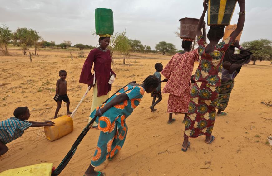 Refugees collecting water – Photo:    EU Civil Protection and Humanitarian Aid Operations, C.c. 2.0 sa