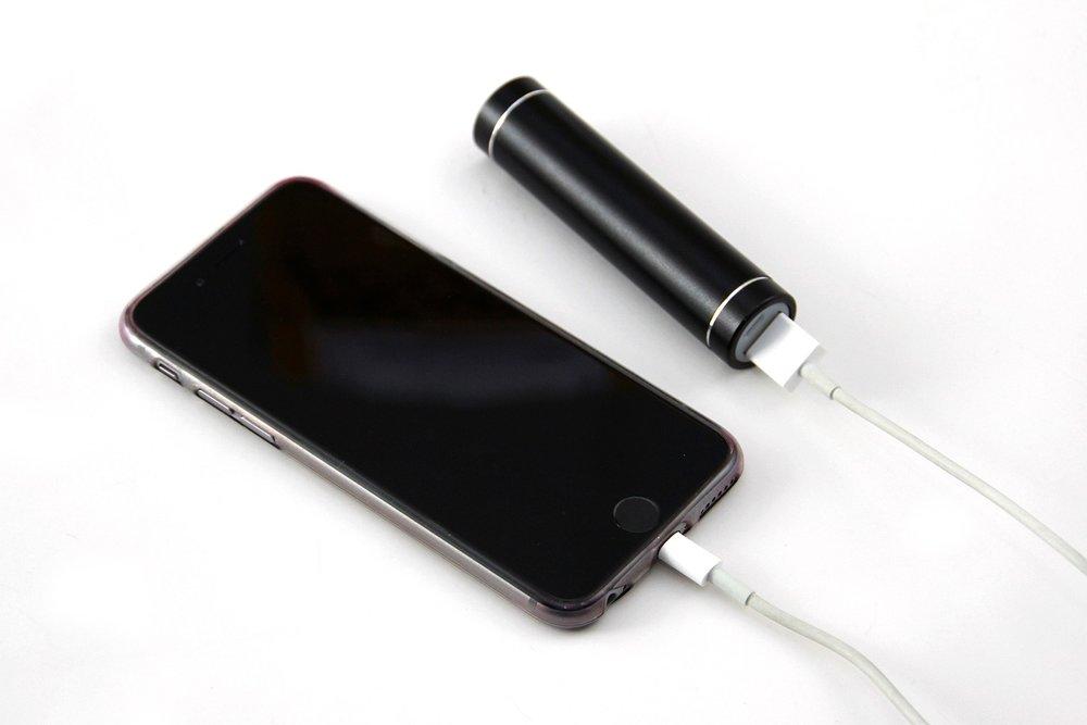 powerbank en telefoon met lithiumbaterijen
