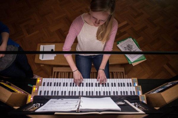 Laura plays Rheinberger using the Rollschweller crescendo roller pedal