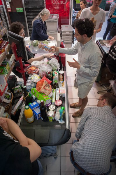 Americans do grocery shopping in Paris…