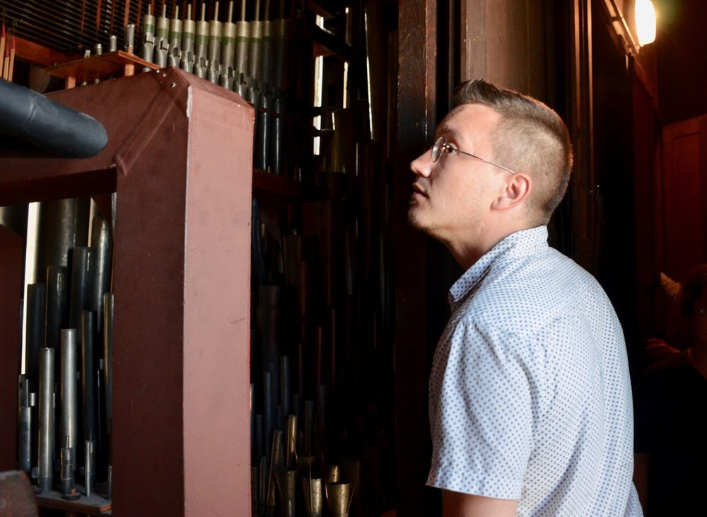 Corey de Tar admiring the pipes of the Grand Cavaillé-Coll Organ at the Cathédrale of Saint Louis in Versailles
