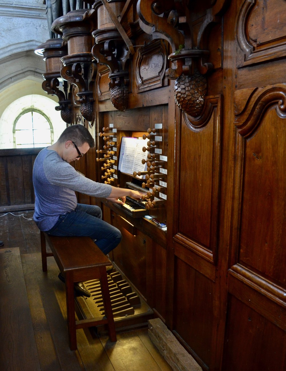Corey de Tar plays the organ at Rozay-en-Brie!