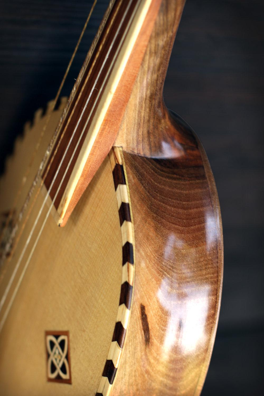 vièle Giotto, modèle décoré, détail de l'épaule