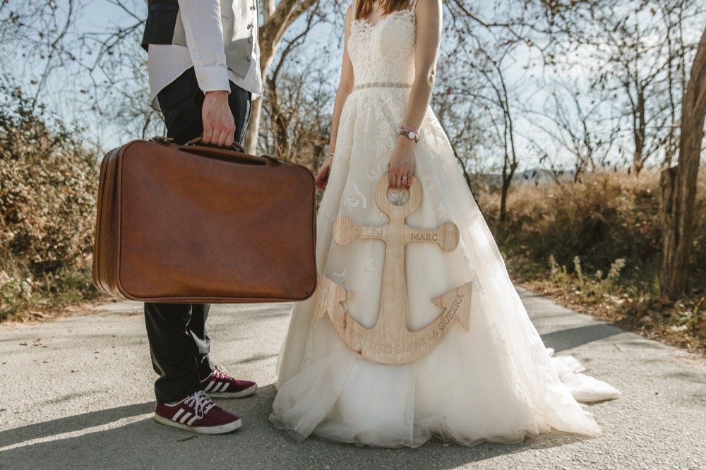 Postboda fotografo boda martorell cerdanyola barcelona ancla maleta