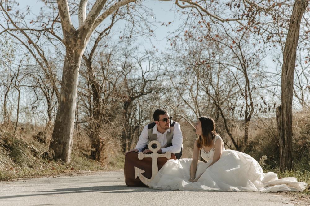 Postboda fotografo boda martorell barcelona cerdanyola maleta ancla