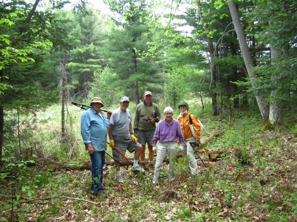 Volunteers-assisting-with-Trail-Maintenance.jpg