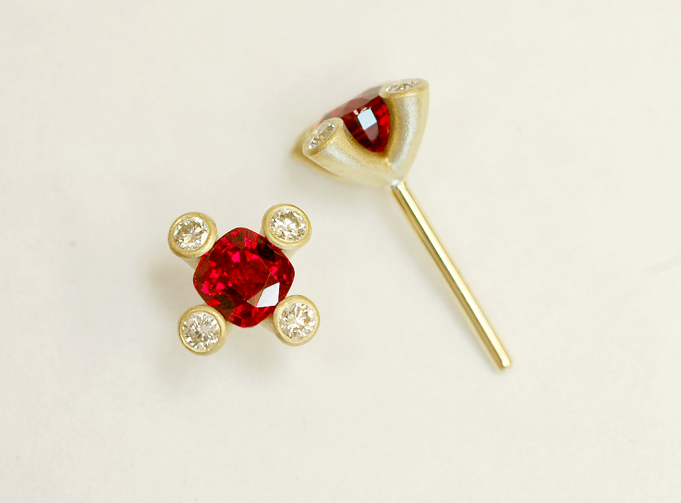 18 KARAT YELLOW GOLD EARRINGS WITH CUSHION SHAPED RUBIES AND ROUND DIAMOND ACCENTS ON THE CLAWS