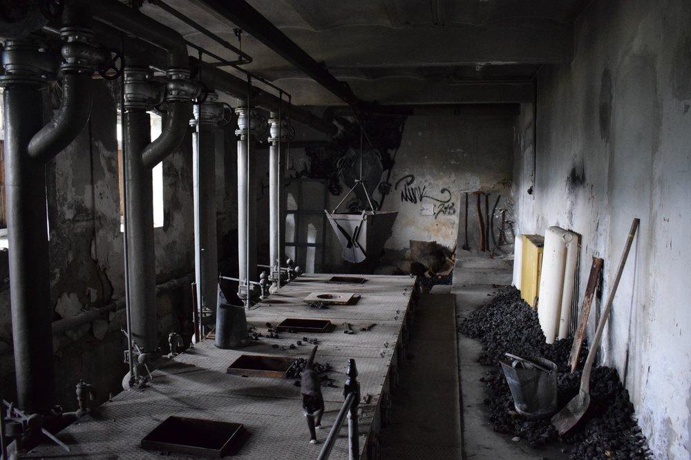 Bildet er tatt i fyrrommet i Sanatoriet i Luster, bygningen som huset innspillingen til Villmark 2. Takk til den trivelige karen som bor i Sanatoriet. Uten ham kunne denne bygningen blitt revet. Det var også han som ga oss omvisning.