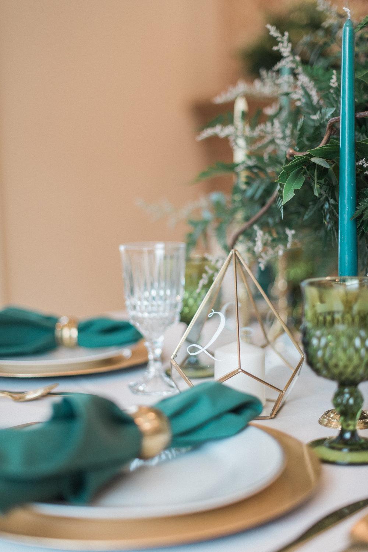 Fresh & Green wedding table numbers, green and gold wedding decor //greenery wedding, floral, fauna, greenery, vintage modern, wedding decorations, wedding inspiration,spring wedding, fresh wedding, emerald, greenery