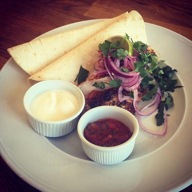 Grillad kyckling, salsa, gräddfil & tortillabröd! #cottinosskafferi #bromma #dagens #kyckling #lunchcottinosskafferi