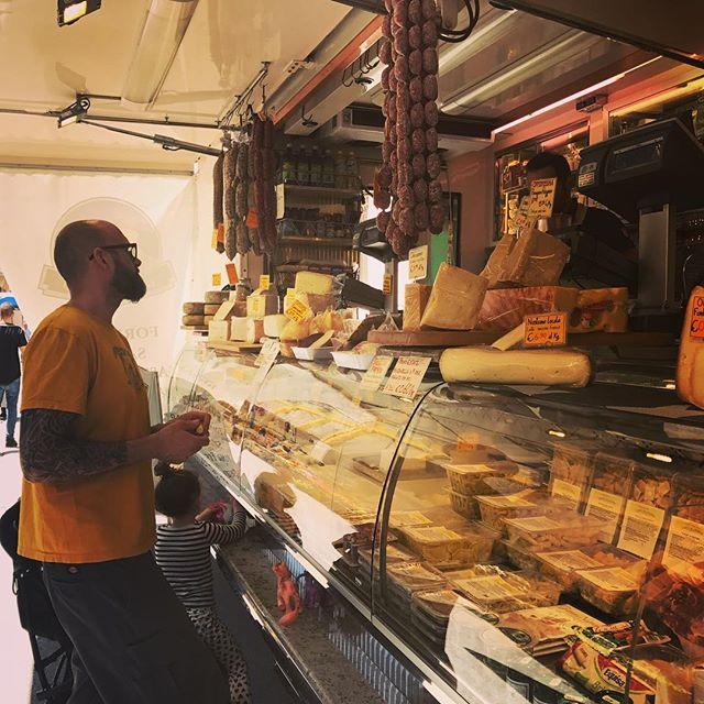 När vi är på marknaden på tisdagar hälsar vi självklart på Federico som är vår leverantör av de bästa från Piemonte. Både ord, ost och chark utbyts. 👍🏼