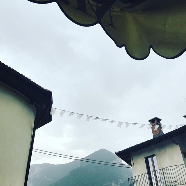 Slaktaren i Valdieri har den överlägset bästa salsiccian i trakten. Idag bjöd bergen på regn och åska men det gör detsamma! #bestsalsicciainpiemonte #valdieri #macelleriavaldieri #macelleria #macelleriaparracone #salsiccia