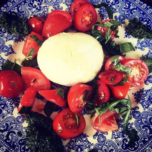 Fantastisk buffelmozzarella med solmogna tomater hemma i trädgården. Bagnietto verde på sidan 😋 #semestertider #buffelmozzarella #cottinosskafferi #snartsesvi