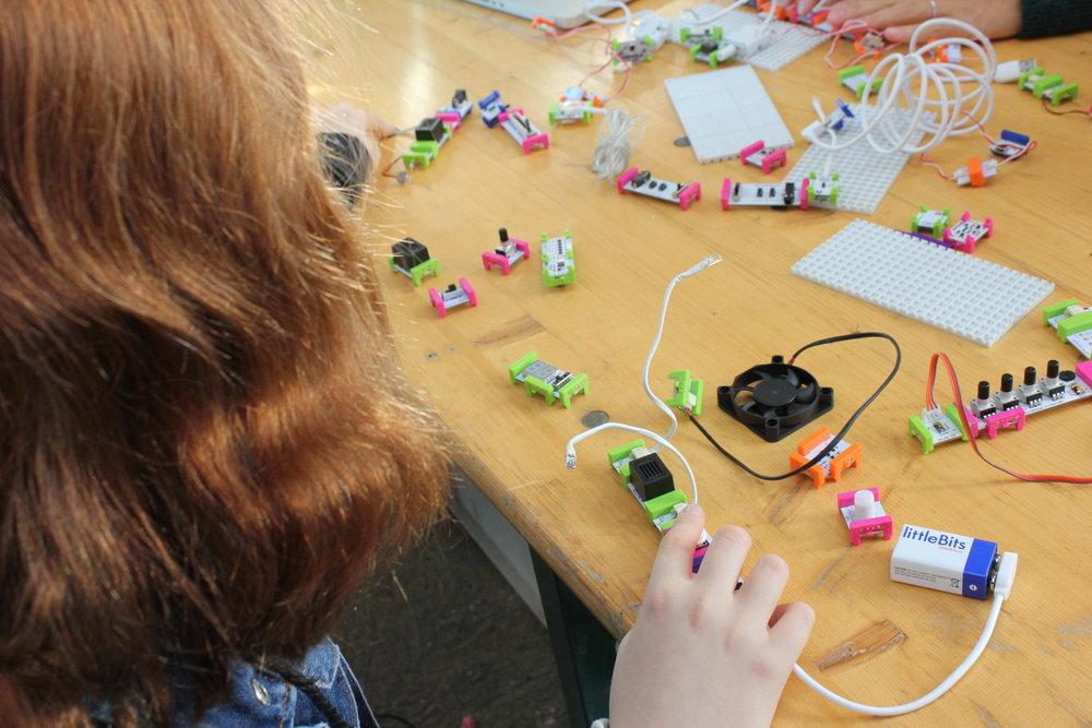 micro:bit eksperimenter - Udtænk og byg dine egne internet-of-things-opfindelser med elektronik-byggeklodsen micro:bit.workshopholder: Edu-Creation