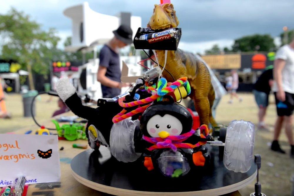 Robotterne kommer ! - Hebocon er en sumo-wrestlingturnering for robotter, for alle der ikke har evnerne til at bygge robotter (eller dem der vil have en udfordring!). Byg din egen i Hebocon-workshoppen, og tæv din nabo i Hebocon-turneringen!workshopholder: Hebocon Danmark