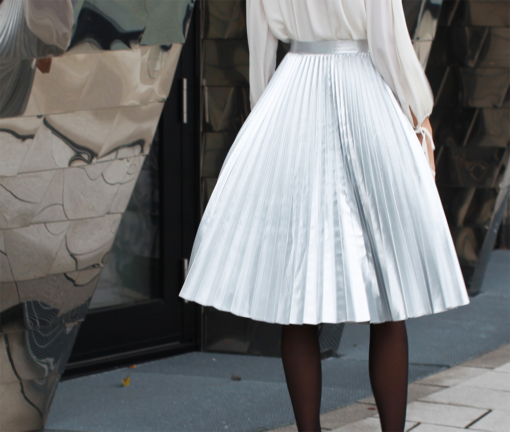 Pleated skirt in silver, look of the day, hyatt düsseldorf, pebbles bar