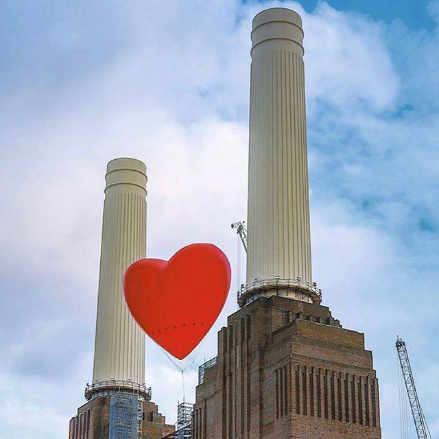 Love has been floating through the air this week in London ❤️ may it continue all through the weekend ❤️ #loveisintheair #lovelondon