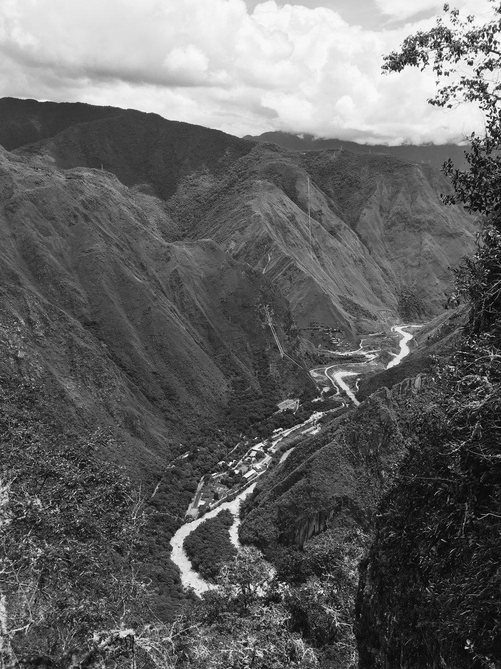 Vista do Rio Urubamba e a usina Hidroelétrica no caminho para a Ponte Inca -iPhone 6 SE + VSCO CAM app