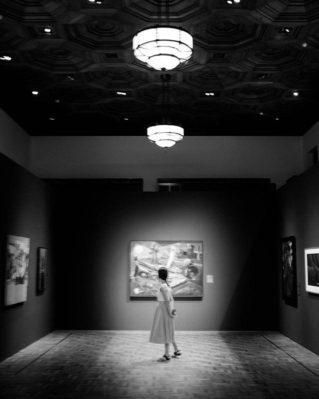 A special capture in Singapore.  Quiet. Curious. . . . . #singapore #fujifilm  #museums
