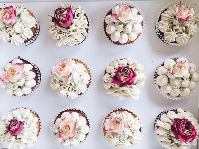 Cupcakes are always a great idea 💕 Either to go with a matching smaller cake or just to have a pack to take to that dinner party. Cupcakes can be ordered a week in advance which makes them easy to have at all times ☺️ Have a great Weekend everyone! It's meant to be 26 and sunny in Brissy and that is making everyone happy 😁🌞 create, construct, demolish ✨ #archi_cake_ture - - - #cake #brisbanecakes #brisbane #brisbanefood #sweets #dessert #cakesofinstagram #brisbanecake #instacake #baking #cupcake #brisbanedessert #cakeart #cheatmeal #partycake #buttercreamcake #cakesofinstagram #brisbaneevent #cakeart #cupcakes #flowers #flowercrown #flowercake #yum #pinkcake #cupcakes #minicupcakes  #rosepetals #gold