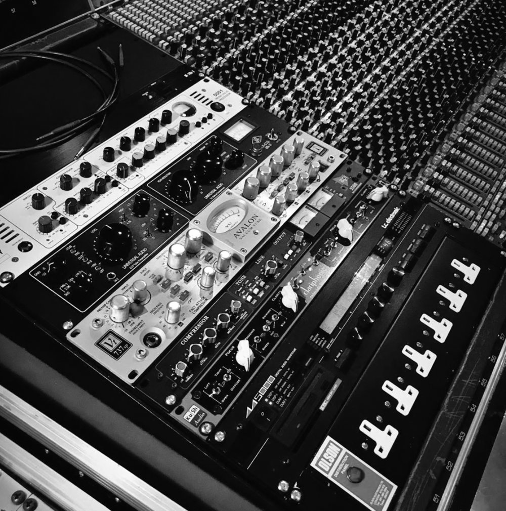 MAIN OUTBOARD - API 2500 STEREO COMPRESSOREVENTIDE H910 HARMONIZERUNIVERSAL AUDIO LA 610 MKII TUBE CHANNEL STRIPAVALON VT 737sp TUBE CHANNEL STRIPTLA 5051 TUBE CHANNEL STRIPREDDI TUBE DI BOXTC ELECTRONIC M5000 REVERB PROCESSORWATKINS COPYCAT TUBE TAPE DELAYPIONEER 202W SPRING REVERB…