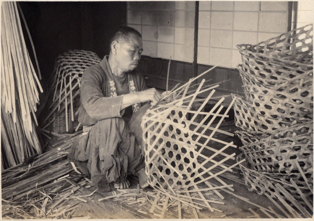 Basket_Weaver_in_Japan_(1915_by_Elstner_Hilton).jpg