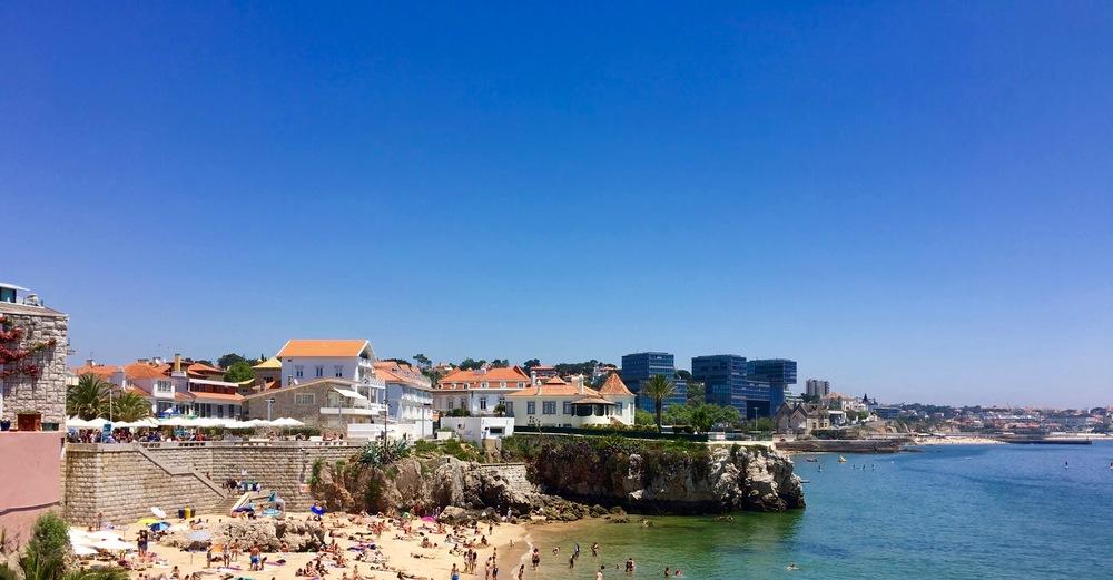 A crowded Praia da Rainha