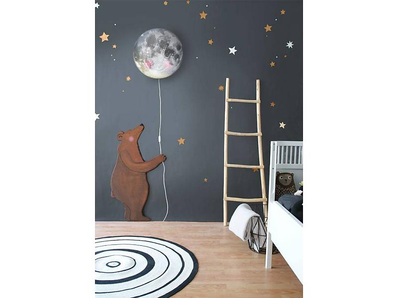 Instead of adding more stuffed animals, how about a furry friend as part of their nursery? We think the moon as a balloon is an adorable touch!    Hartendief