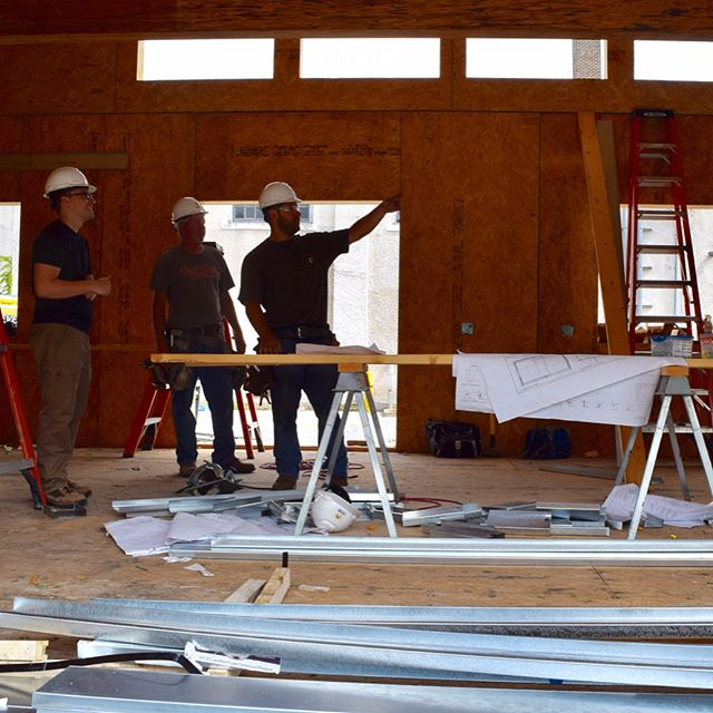 Bill Bach, HBN's project manager discusses the house's progress this morning with our construction team. #makingprogress #hbn2017 #sd2017 #sustainableliving #greentechnology