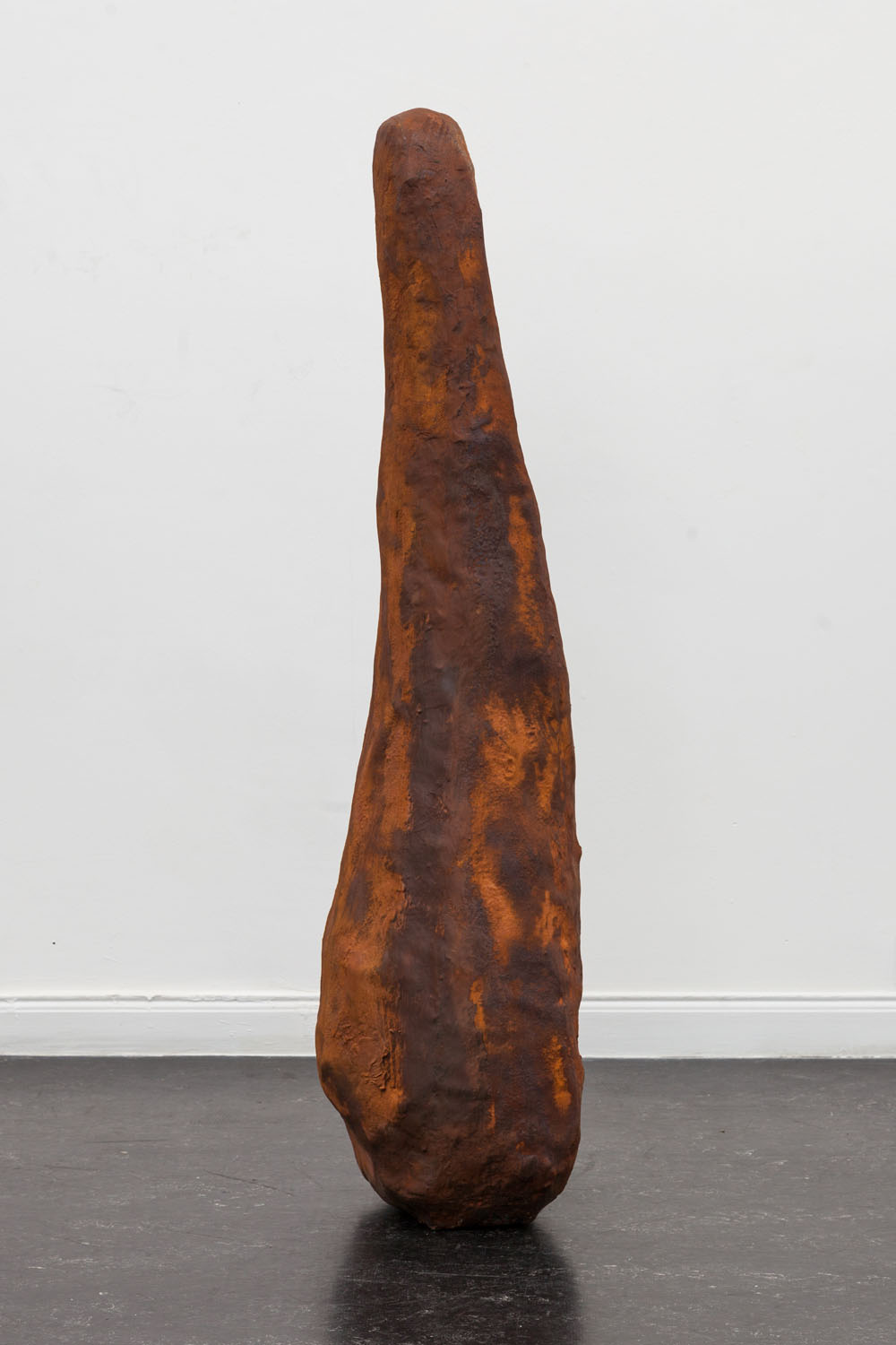 Menhir oxidado,  resin, fiberglass and iron, 2018.