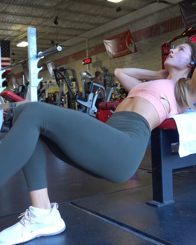 Yikes 🆘I am SO SORE from this Glute/ham session yesterday! Here's a little preview of the workout that i recorded on youtube (click link in bio to watch the FULL thing!!). I also did a detailed voiceover for the whole workout (how and why i do each movement). Always on a mission to build them glutes 😏🍑 - 1. Plyo Hip Thrusts 10 reps 3 sets  2. Side Step Ups 8 reps 3 sets  3. Cable Pull Throughs (underrated and awkward but trust me THEY WORK 😭😭) 10 reps 4 sets  4. Reverse Lunge 12 reps 4 sets - Lemme know if you watch it/do the full workout 💪🏽🏋️‍♂️💕 #gluteworkout