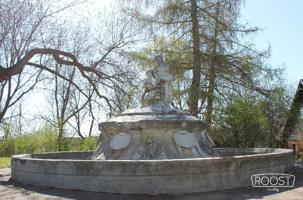 Old marble fountain at the end of Erin Street