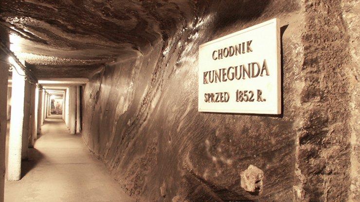 02_Wieliczka_Tunnel_Carving2.jpg