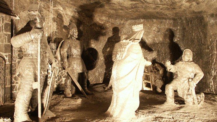 04_Wieliczka_Tunnel_Carving4.jpg