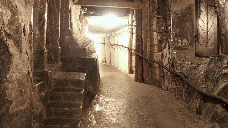 01_Wieliczka_Tunnel_Carving1.jpg