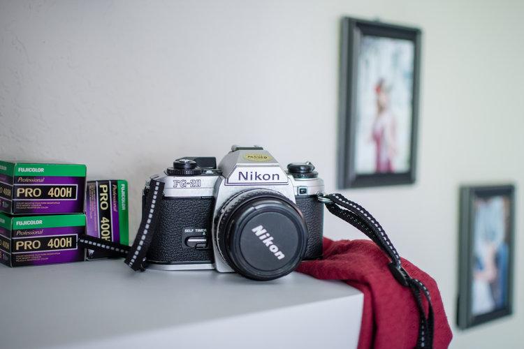 photographer-workspace-black-white-gold-office-decor-4-2.jpg